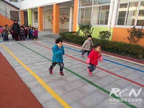 健康幼儿园开展晨间户外活动