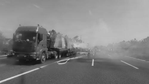 5月21日下午1时许,沈海高速如皋段1120公里处一辆运输广告牌的挂车突然起火,挂车司机为防止车头被火势包围一直向前行驶,车上被点燃的货物散落近300米,整个路面甚至路边的绿化带陷入一片火海。如皋、海安两地消防官兵经过近一个小时的奋战,将火势完全扑灭。目前,火灾原因正在进一步调查中。