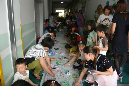 """开发区实验幼儿园举行庆""""六一""""百米画卷绘画活动"""