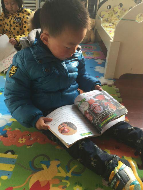 各班教室丰富阅读区或图书角,教师精心选择,挑选一些幼儿喜欢的故事书