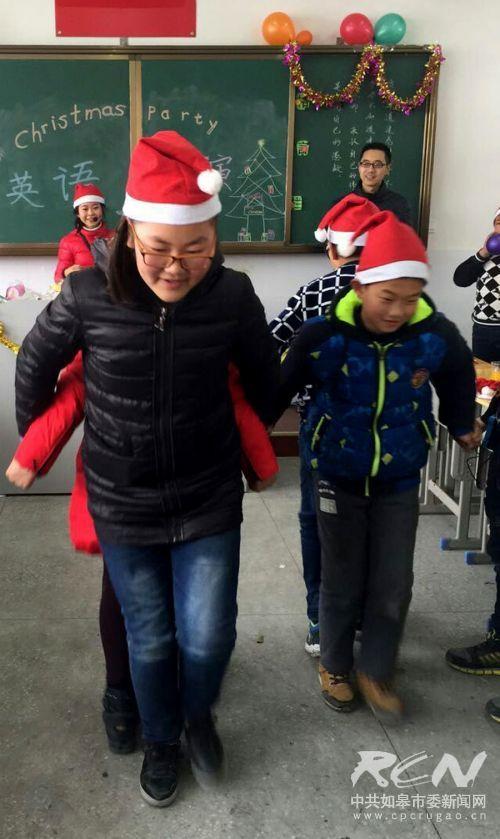 如皋白蒲小学六5班开展了班级圣诞节活动5