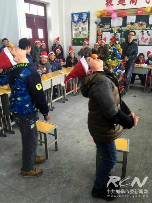 如皋白蒲小学六5班开展了班级圣诞节活动4