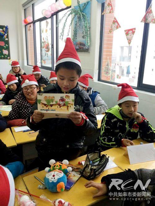 如皋白蒲小学六5班开展了班级圣诞节活动。2