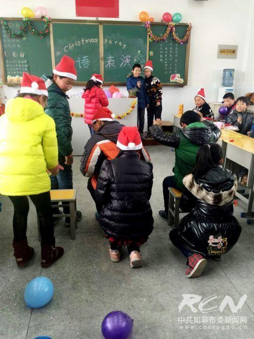 如皋白蒲小学六5班开展了班级圣诞节活动3