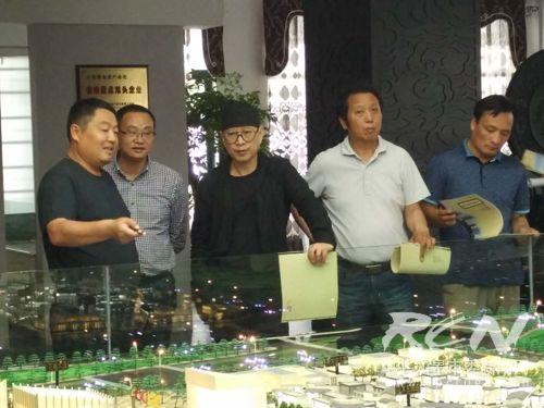 06在园艺城沙盘旁王志刚向苏会长介绍规划布局