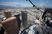 300米高空的透明玻璃滑梯:玩的就是心跳!