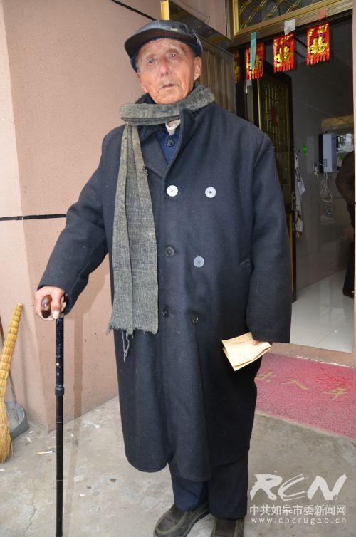 """""""出门喽。""""搬经镇梅甸村1组113岁老人佘文福"""