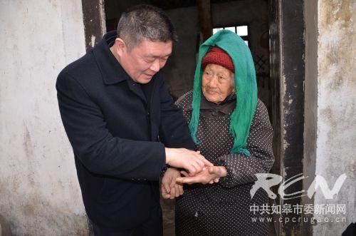 4 健龙健康咨询服务中心专家朱国庆给长江镇义圩居106岁孙文英老人把脉