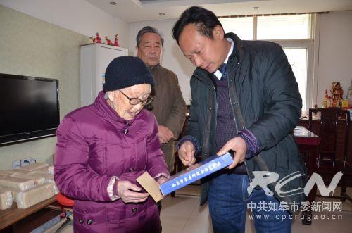5 市康寿食品厂厂长平正建给白蒲蒲镇蒲塘花苑106岁陶克明介绍富硒五谷杂粮
