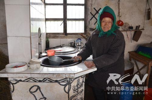 长江镇义圩居106岁孙文英老人在洗锅抹灶