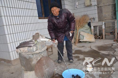 白蒲镇斜庄居12组106岁宗徐氏老人在押水洗衣服145