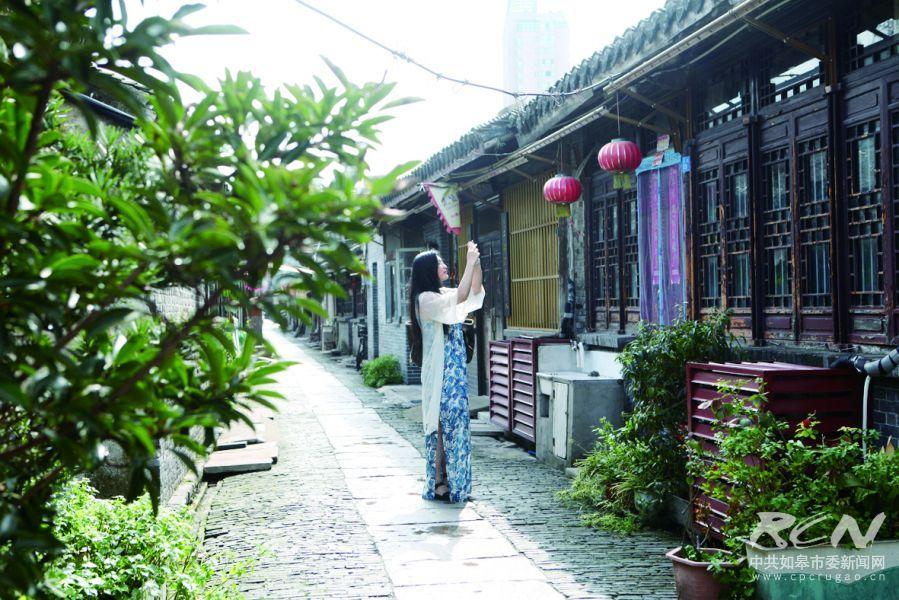 图为游客在欣赏古城美景。