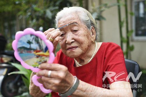 2、(如城街道孙秀珍 100岁) 当窗理云鬓,对镜帖花黄。穿喜庆的大红新衣画眉,活到一百岁也要美到一百岁!