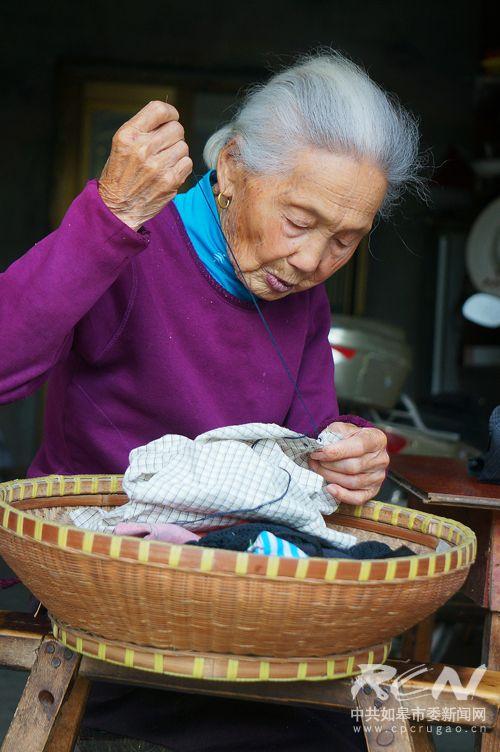 22、(白蒲镇胥沈氏 100岁) 老太穿着简单朴素,做着针线活,眉目间尽是岁月静好!