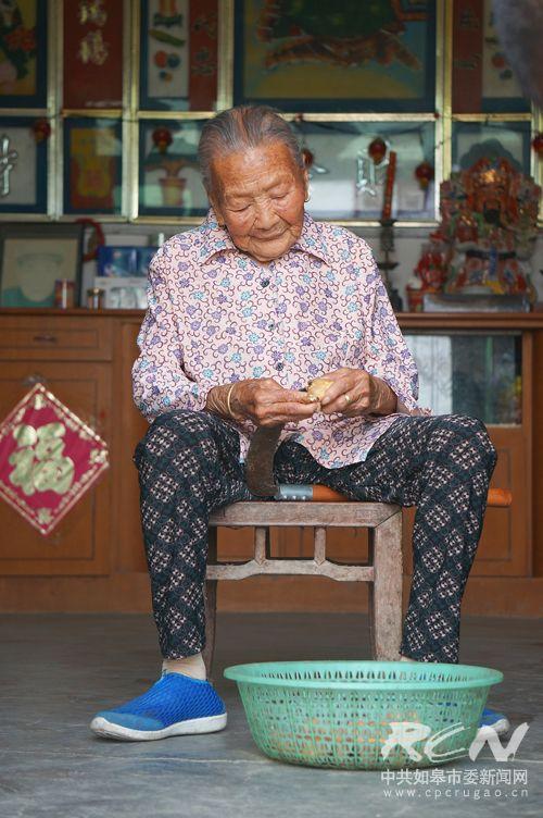 7、(白蒲镇顾李氏 103岁) 勤劳是美德,简朴是品行。一百岁了还能出细活!