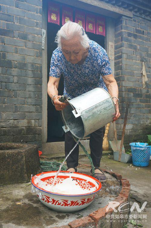 5、(长江镇薛成英 100岁)一百岁了还是闲不住哇,打水的重活也要做!