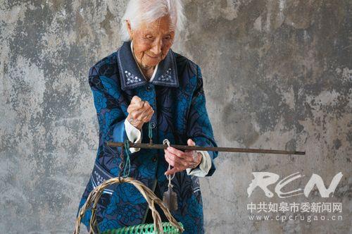 8、(白蒲镇陈洪氏 101岁) 天地之间有杆秤,那秤砣是老百姓!陈老太眼睛好、脑子好、算账好,心里头明镜似的呢!
