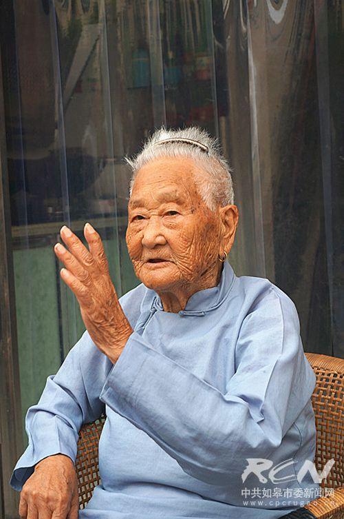 6、(长江镇赵连英 102岁) 老人谈起陈年旧事,一直保持着笑容。一起听奶奶讲那过去的故事!
