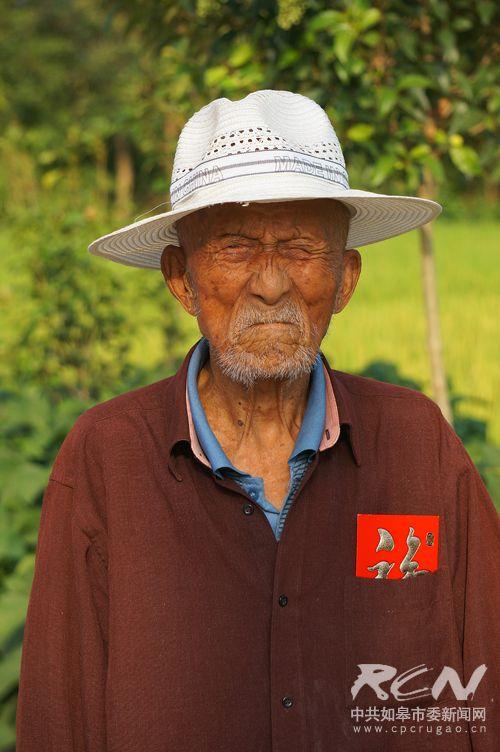 """13、(城北街道夏广圣103岁) 看调皮的夏爷爷,拿到红包,不忘做个""""鬼脸""""!"""