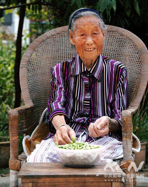 14、(如城街道徐国珍 101岁)坐在藤椅上摘豇豆,安静平和!