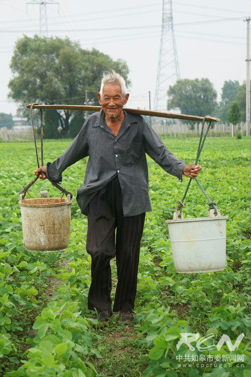 16、(长江镇朱 所101岁) 劳动的号子吼起来!每一个见到他的人,都不禁为这样的生命力而感到震撼!