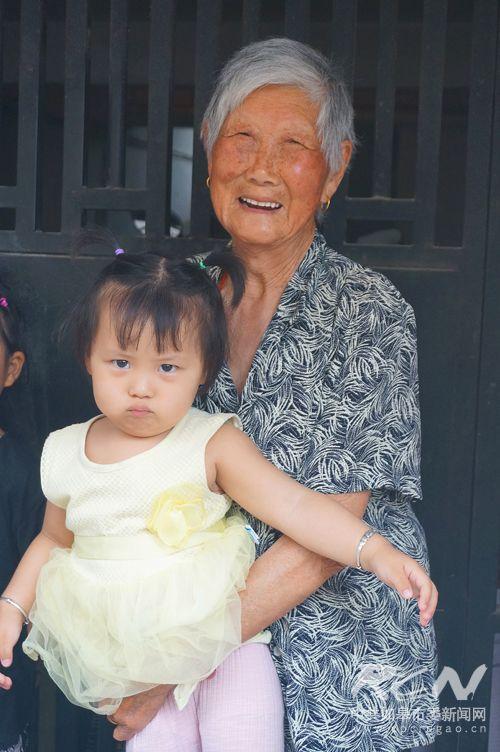 17、(长江镇石来英 100岁)抱着小重孙女合个照,怎一点都不配合呢!