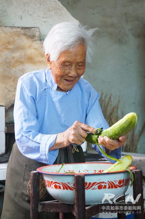 """19、(白蒲镇卢桂芳 101岁)"""" 吃了我家的黄瓜也能活到一百岁""""!老太总是这样的热情好客!"""