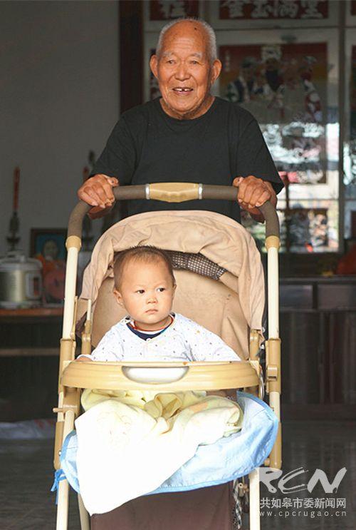 21、(白蒲镇颜元功 101岁) 老人推着孩子,一脸的幸福感!天伦之乐,其乐融融!