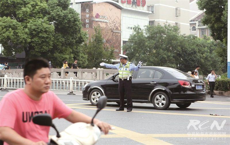 图为指挥交通的交警