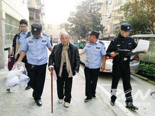 图为假期为走失老人找到家的警察