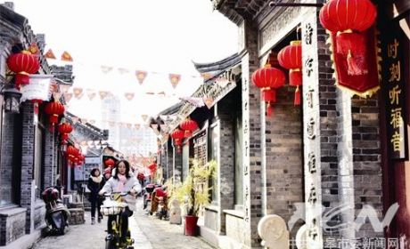 东大街:彩旗灯笼喜迎新春