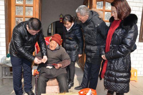 2 健龙健康咨询服务中心专家在慰问中给105岁以上百岁老人健康检查