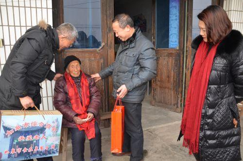 3 市综合商会带领下属爱心企业慰问105岁以上百岁老人