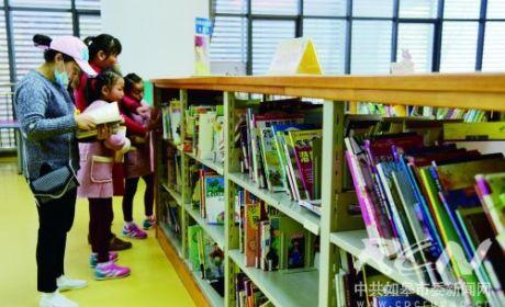 市图书馆迎来不少前来阅读的市民