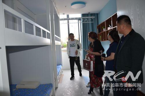 7 家长陪同学子参观宿舍