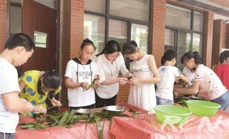 高新区实验小学:巧手包粽子 传承爱国情