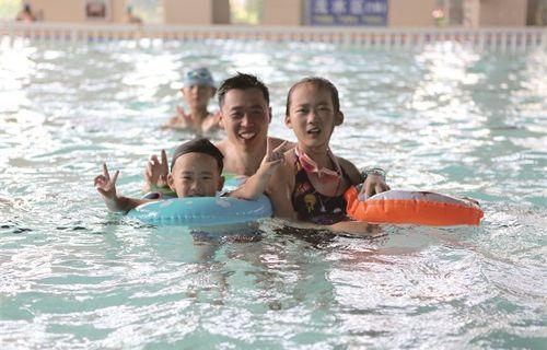 游泳馆成为市民消暑纳凉的首选之地
