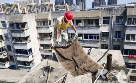 市住房保障处维修人员战高温,斗酷暑,抢修公房为民生