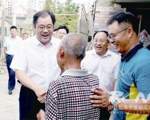 """陈晓东慰问""""爱心邮路""""乡邮员和被帮扶老人"""