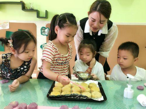 西城幼儿园:做月饼 迎中秋