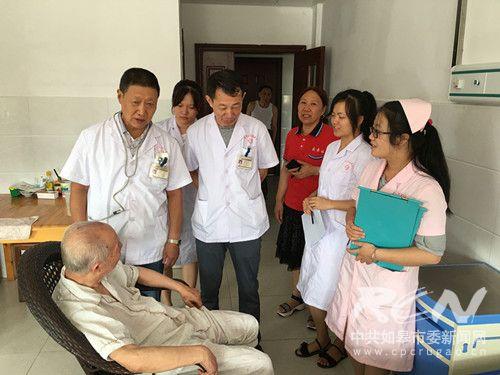 3 图为医护人员在查房