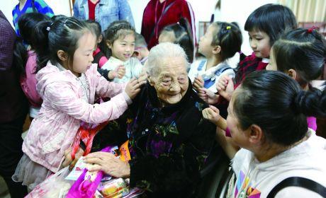 市安定幼儿园老师带领学生们走进市福利院看望老人们