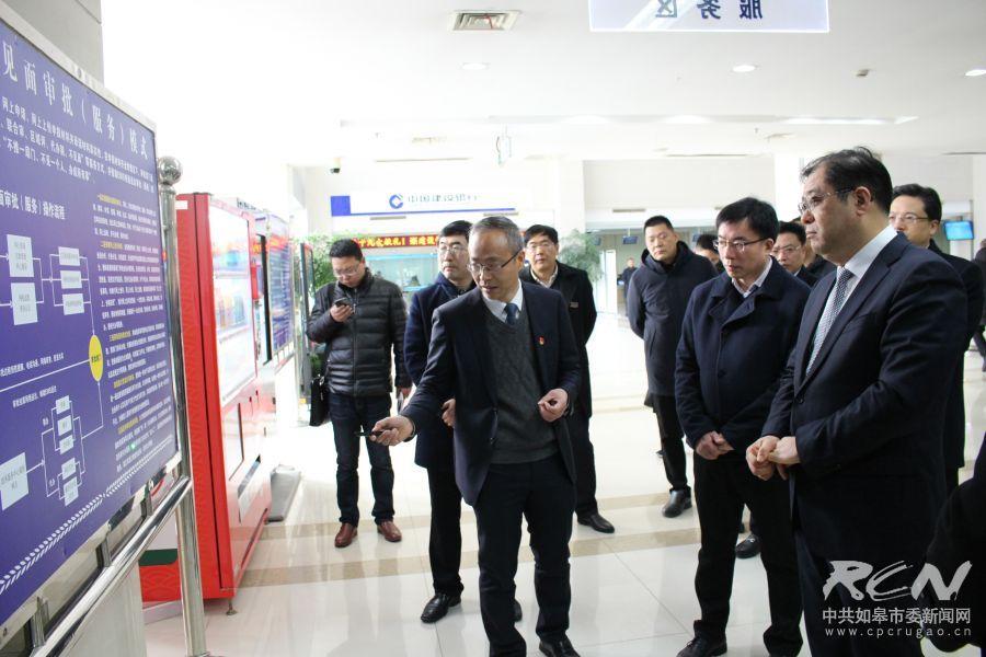 2月22日,陈晓东、?#25105;?#20891;调研市行政审批局