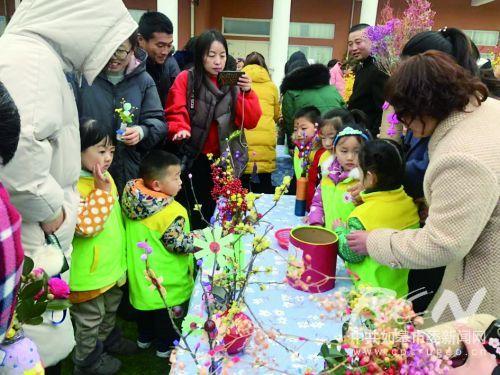 幼儿们在制作手工艺品,义卖,捐赠活动中享受到新年到来的快乐.