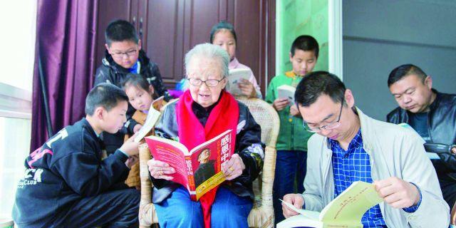 白蒲镇镇区居委会组织市民走进108岁的