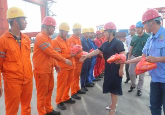 程瑞琴副市长慰问苏中国际码头一线职工