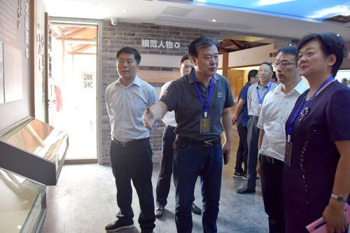 3与会领导参观展示馆