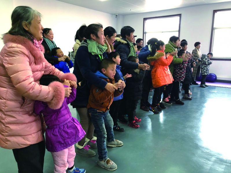 耐心细致地用肢体语言和孩子们交流沟通,引导孩子们积极配合各项体检。