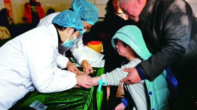 """12月3日是""""国际残疾人日""""。每年的这一天,很多国家和地区都会开展活动关爱残疾人,旨在促进人们对残疾人的理解和动员人们支持维护残疾人的尊严、权利和幸福。今年的国际残疾人日主题为""""无障碍的未来""""。这一天,我市组织多样活动为残疾人朋友送健康、送服务、送温暖,让他们在这个寒冷的冬日感受到丝丝温暖。"""
