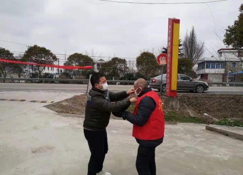 2月6日,市疫情防控第九督察组马浩同志将原本给自已下午使用的口罩送给了群众志愿者(摄影:张健)